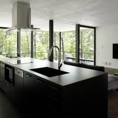 060軽井沢Kさんの家: atelier137 ARCHITECTURAL DESIGN OFFICEが手掛けたシステムキッチンです。,モダン セラミック