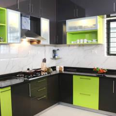Petites cuisines de style  par HomeLane.com