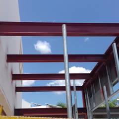 estructura metálica: Terrazas de estilo  por herreria hernandez merida
