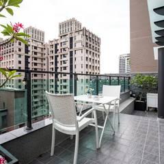 Balcón de estilo  por 悅築室內裝修設計工程有限公司,