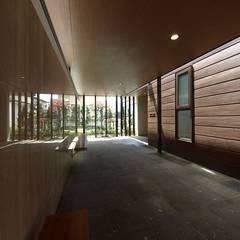 函館市 H邸: 北渡建設一級建築士事務所が手掛けた廊下 & 玄関です。,