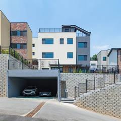 용인에 위치한 '도란도란' 3층 단독주택: 한글주택(주)의  전원 주택,모던 철근 콘크리트