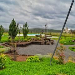 Jardines con piedras de estilo  por Landscaping