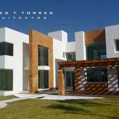 RESIDENCIAL XAXALA: Casas unifamiliares de estilo  por TORRES+TORRES ARQUITECTOS