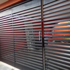 Puertas corredizas de estilo  por herreria hernandez merida, Moderno