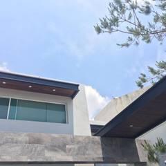 Deck sintético y natural: Balcón de estilo  por Haus Design Studio