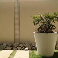 静寂感とリズム感を共存させたナチュラルモダンエクステリア: 株式会社Garden TIMEが手掛けた壁です。,モダン タイル
