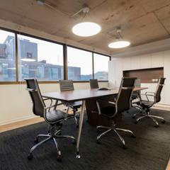 Oficinas Corporativas Vai Groundwater Solutions: Salas multimedias de estilo  por SUMATORIA,