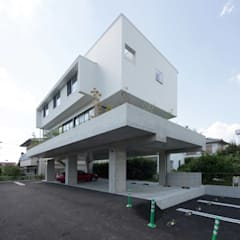 駐車場のある住宅: CO2WORKSが手掛けた一戸建て住宅です。