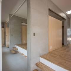 駐車場のある住宅: CO2WORKSが手掛けた子供部屋です。,モダン