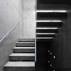 白壁の集合住宅: CO2WORKSが手掛けた階段です。