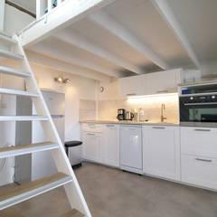 Rénovation d'un studio meublé.: Petites cuisines de style  par Ingrid Martin Décoration,