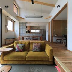 甲斐元町の家~遊び心のある家~: ㈱ライフ建築設計事務所が手掛けたリビングです。,モダン 木 木目調