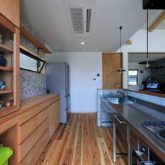 甲斐元町の家~遊び心のある家~: ㈱ライフ建築設計事務所が手掛けたキッチン収納です。