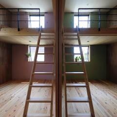 甲斐元町の家~遊び心のある家~: ㈱ライフ建築設計事務所が手掛けた子供部屋です。,モダン 木 木目調