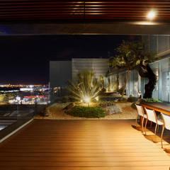 Grupo Invermobiliaria: Estudios y oficinas de estilo  por Iluminamos