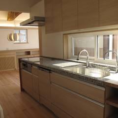 中庭のある平屋: 株式会社高野設計工房が手掛けたシステムキッチンです。,北欧