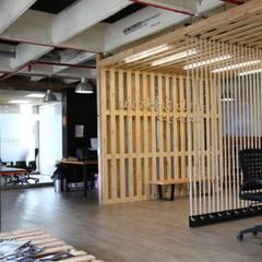 Oficinas y Tiendas de estilo  por Gamma, Industrial Madera Acabado en madera
