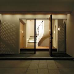 DOVE VAI ー伊豆天城高原の別荘ー: 松井建築研究所が手掛けた廊下 & 玄関です。,