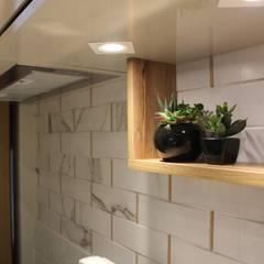 Small kitchens by Mari Milani Arquitetura & Interiores, Modern