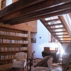CASA NO CAMPO COM LINHAS MODERNAS: Escadas  por Mazorra Studio