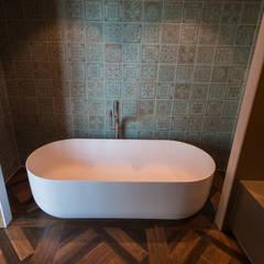 Mediterrane badkamer:  Badkamer door De Eerste Kamer, Mediterraan Kunststof