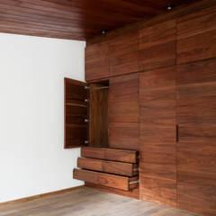 Dressing room by Maquiladora de Muebles,