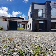 Casa moderna de dos niveles: Centros de exhibiciones de estilo  por Constru Casas Prefabricados SAS