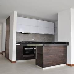 Casa C5T: Cocinas integrales de estilo  por Francisco Forero Aponte - Arquitecto