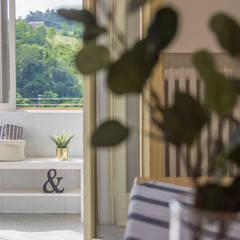 Balcón de estilo  por Mirna Casadei Home Staging,
