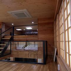 주택건축 -모던한옥디자인: IDA - 아이엘아이 디자인 아틀리에의  거실,에클레틱 (Eclectic) 우드 우드 그레인