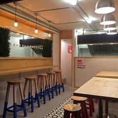 Phillies: Locales gastronómicos de estilo  por Gamma, Moderno Madera Acabado en madera