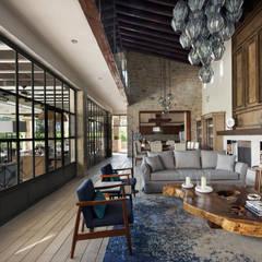 Casa Santísima - San Miguel de Allende: Salas de estilo  por NATALIA MENACHE ARQUITECTURA, Moderno