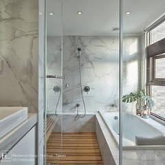 擁有家庭劇院與超美夜景的小坪數兩臥樓中樓:  浴室 by SECONDstudio,