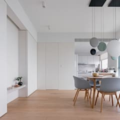 VM's RESIDENCE:  Dining room by arctitudesign, Minimalist
