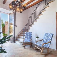 Pasillos y vestíbulos de estilo  por Fiol arquitectes,
