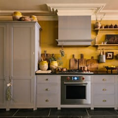 The Bond Street Shaker Showroom by deVOL by deVOL Kitchens Mediterranean ٹھوس لکڑی Multicolored