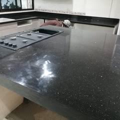 Instalacion de cubierta de cocina y baño: Muebles de cocinas de estilo  por Cocinas de Granito, Moderno Granito