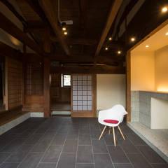 和歌山の古民家: 岩井文彦建築研究所が手掛けた廊下 & 玄関です。,