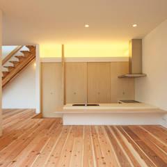 鈴鹿の家: 岩井文彦建築研究所が手掛けたキッチン収納です。,