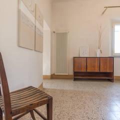 Corridor, hallway by Mirna Casadei Home Staging,
