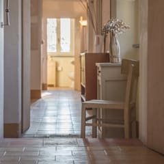Corridor & hallway by Mirna Casadei Home Staging,