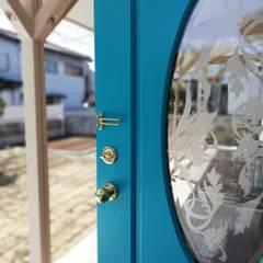60ハウス madom (ロクマルハウス): atelier shige architects /アトリエシゲ一級建築士事務所が手掛けたドアです。,カントリー 木 木目調