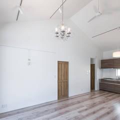 60ハウス madom (ロクマルハウス): atelier shige architects /アトリエシゲ一級建築士事務所が手掛けたリビングです。,カントリー 木 木目調