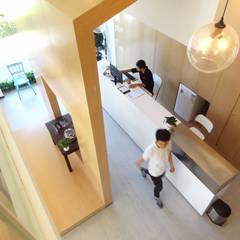 2014. EBI HAIR SALON: Lojas e espaços comerciais  por NOCNOC STUDIO,Moderno