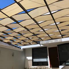 Malla sombra con diseño moderno : Garajes abiertos de estilo  por RAM Construcción Proyectos Diseño, Moderno