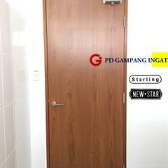 Межкомнатные двери в . Автор – Gampang Ingat, Минимализм Дерево Эффект древесины