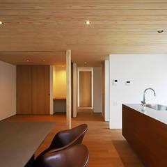 ビルトインガレージのある家: kisetsuが手掛けたキッチン収納です。,