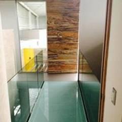 من Ortiz Construcciones y Remodelacion Integral بحر أبيض متوسط زجاج