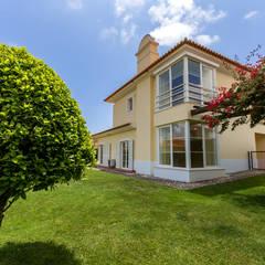 Jardines en la fachada de estilo  por ImofoCCo - Fotografia Imobiliária,